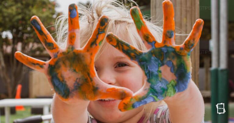 bimbo mani colorate
