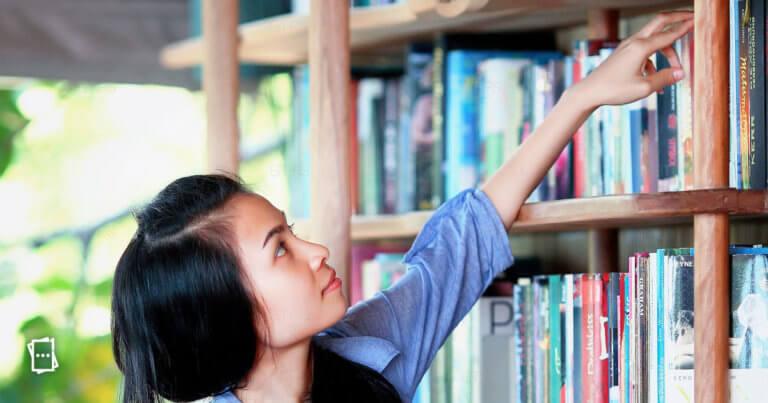 ragazza in libreria